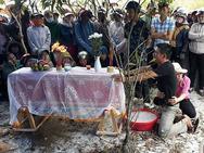 Ảnh hot trong tuần: Cha mẹ khóc ngất bên thi thể bé trai 6 tuổi ở Quảng Bình