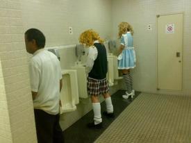 Clip hài: Các thím hay vào WC công cộng cẩn thận nhé
