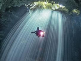 Hình ảnh ngoạn mục đến khó tin bên trong hang động ngầm dưới đáy đại dương