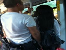 Quý cô tái xanh mặt, nổi da gà lần đi xe bus gặp phải gã biến thái bệnh hoạn