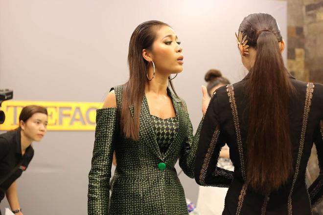 Chết cười xem clip chuyên gia trang điểm Nam Trung 'trị môi thâm' cho Lan Khuê -1