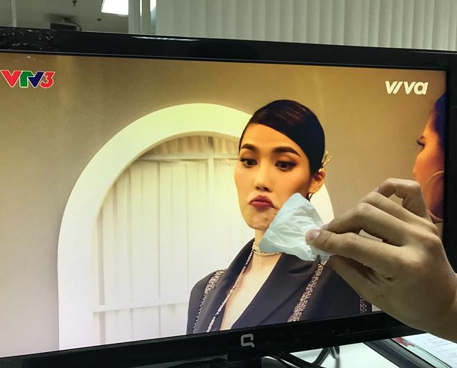 Chết cười xem clip chuyên gia trang điểm Nam Trung 'trị môi thâm' cho Lan Khuê -8