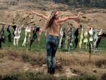 Lạ lùng hàng rào áo ngực hút khách du lịch ở New Zealand