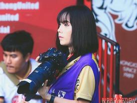 Cô gái Thái Lan khiến bao chàng ngẩn ngơ khi tác nghiệp trên sân cỏ