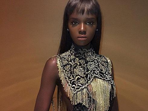 Cô gái có gương mặt tỷ lệ vàng với búp bê Barbie