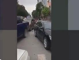 Ôtô lấn làn, tài xế tranh cãi gây tắc đường ở Hà Nội