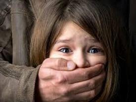 Clip cô giáo giả làm người lạ dạy trẻ cách chống lại người bắt cóc