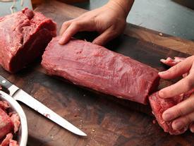 Đi chợ mua thịt bò thì cứ phải 'tay ấn, mắt soi', bảo đảm không sợ nhầm thịt trâu hay lợn sề trà trộn