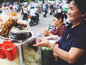 Xe gỏi khô bò đặc biệt nhất Sài Gòn: 50 năm không có quán hàng, khách ngồi la liệt dưới gốc cây