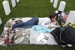 Mẹ trẻ ôm con sơ sinh nằm cạnh nấm mồ xanh cỏ mỗi ngày và câu chuyện rơi nước mắt