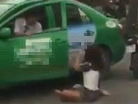 Hà Nội: Xôn xao clip 2 cô gái xinh đẹp trường múa túm tóc, đấm đá giữa đường vì ghen tuông