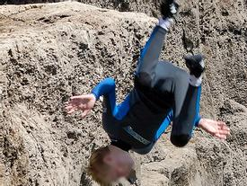 Cậu bé suýt chết khi nhảy từ vách đá cao hơn 9 m xuống biển