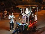 Người cha nuôi hai con teo não bất ngờ hát rong tại phố đi bộ Hà Nội