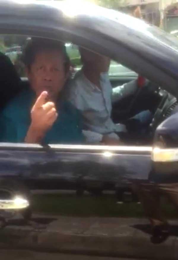 Hình ảnh ông trung tướng khi ngồi trên xe lăng mạ CSGT (Ảnh cắt từ clip)