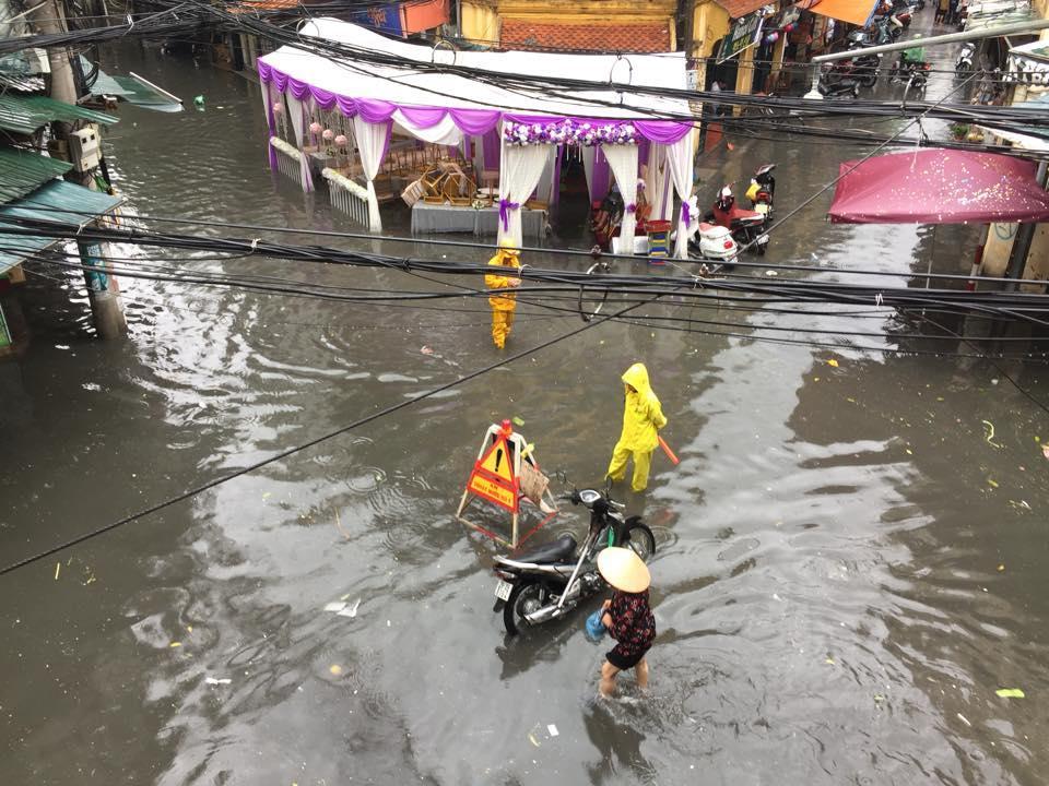 Đám cưới cũng ngập ngụa trong nước mưa