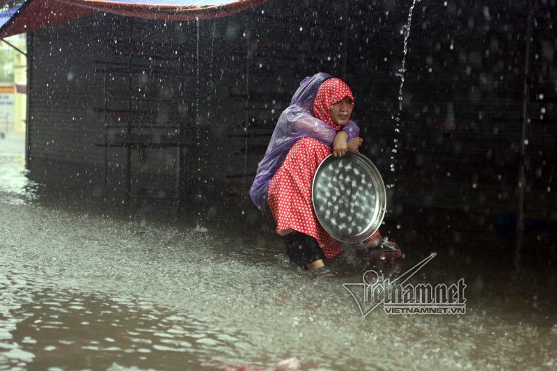 Nước mưa đến ngang lưng người đi lại