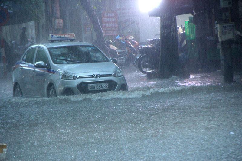 Nhiều tuyến phố Hà Nội ngập chìm trong biển nước