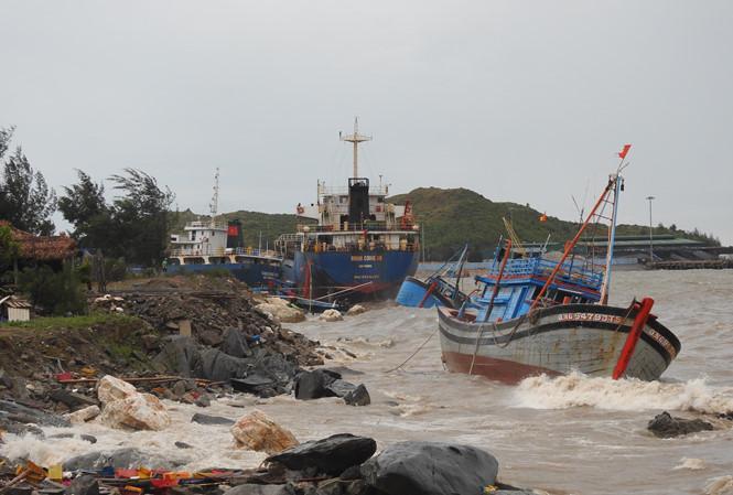 Nhiều tàu cá của ngư dân bị chìm.