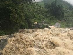 Bão số 2: Nước đổ như thác muốn cuốn phăng tất cả ở Sa Pa