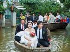 Bi hài đám cưới ngày mưa bão: dùng thuyền rước dâu, cưới trong nhà sập, co chân lên bàn ăn cỗ...