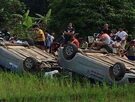 Vợ cùng người tình đến nhà chồng cũ dằn mặt, bị người dân bao vây đẩy ô tô xuống ruộng