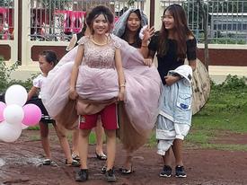 Cô dâu 'chất' nhất trước đến nay: Mặc quần đùi đá bóng phía trong váy cưới và đi giầy thể thao