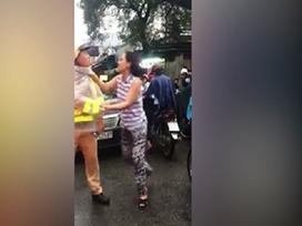 Người phụ nữ nắm cổ áo, xúc phạm cảnh sát giao thông trên phố khai gì với công an?