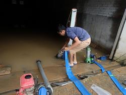 Hầm biệt thự tiền tỷ ở Hà Nội ngập nước mưa, người dân phải dùng máy bơm hút nước ra ngoài