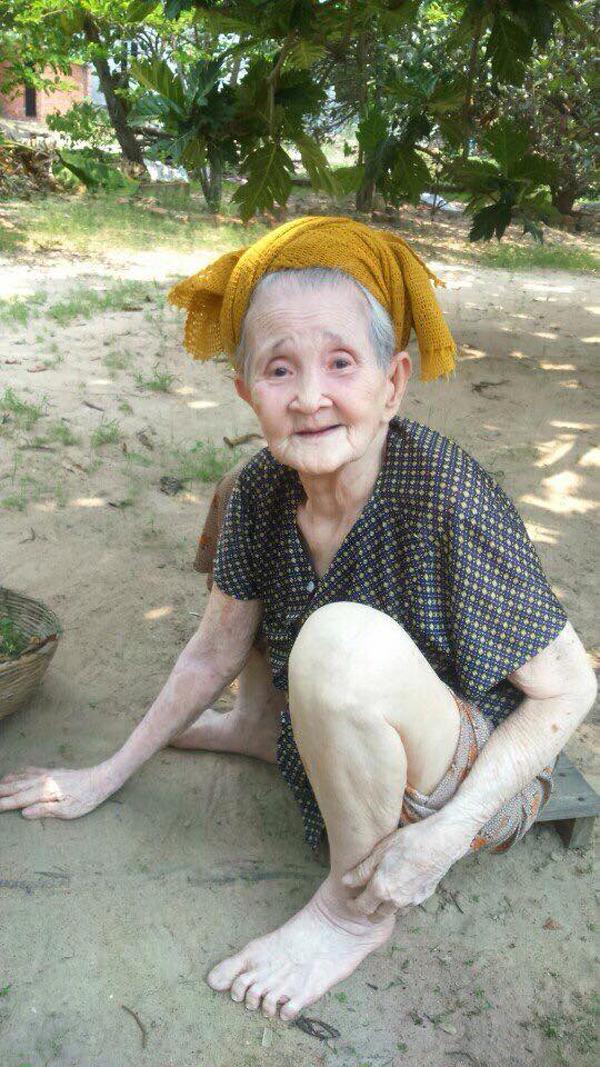 Bị ép ăn, bà ngoại chất nhất Việt Nam tái xuất: Cà chớn! Tui nói không ăn mà ép hoài!-1