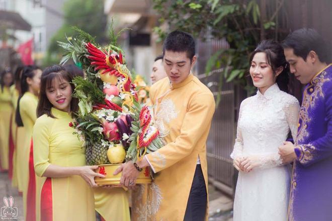 Cùng bê tráp đám cưới mà kẻ mếu máo, người lại cười tươi