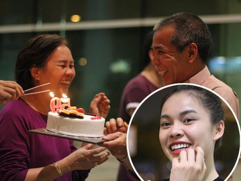 Ấm áp khoảnh khắc bố Giang Hồng Ngọc mừng sinh nhật vợ tại sân bay