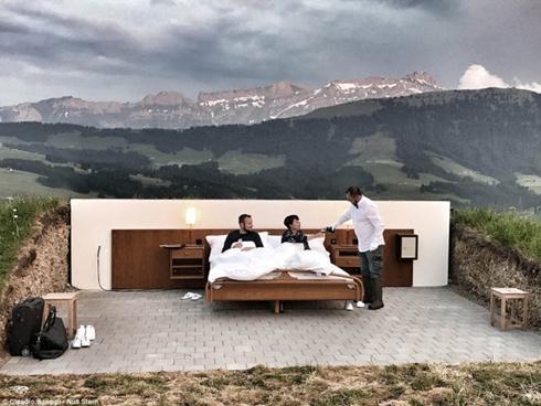 Lạ lùng khách sạn không có gì ngoài giường trên núi Alps