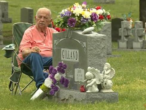 Suốt 7 năm trời, người chồng mỗi ngày đều đặn đến viếng thăm mộ vợ chỉ vì một lý do