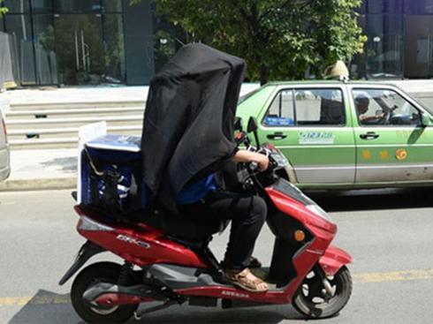 Chàng trai mặc như 'hiệp khách' đi giao đồ ăn