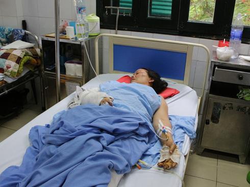 Gia đình ở Sơn La bị sạt lở núi san bằng nhà cửa: Mẹ nguy kịch, con trai 4 tuổi cắt cụt 2 chân