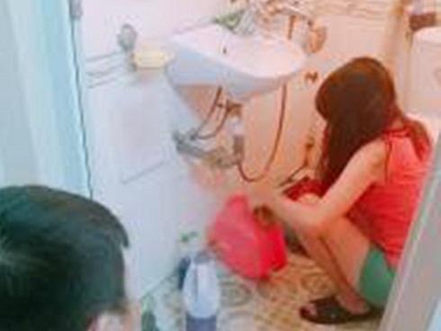 Bị mẹ bắt lên nhà để người thương rửa bát, anh chàng đã làm điều khiến chị em 'tan chảy'