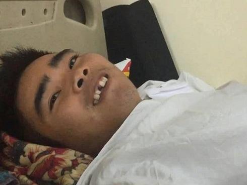 Chàng trai bị liệt nửa người: Mong bình phục để bớt gánh nặng cho mẹ