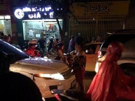 Hà Nội: Bắt quả tang chồng cặp bồ, vợ đánh ghen rồi ngất lịm trên đường