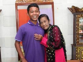 Chia sẻ khiến ai cũng giật mình về đêm tân hôn của chàng trai 16 tuổi cưới cụ bà 71 tuổi