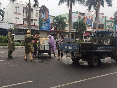 Cảnh sát giao thông Đà Nẵng dọn thức ăn thừa bị đổ ra đường giúp dân