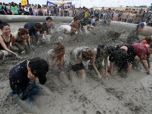 Nam thanh nữ tú tắm bùn làm đẹp ở Hàn Quốc