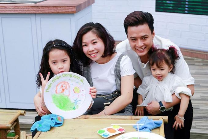 Vợ chồng Hồng Đăng cho 2 con gái học 'trường làng' -1