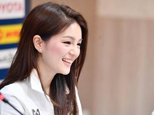Trưởng đoàn U22 Thái Lan gây sốt vì quá xinh