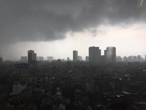 Hà Nội: Trời bỗng tối sầm, mưa như trút nước khiến nhiều tuyến phố ngập úng