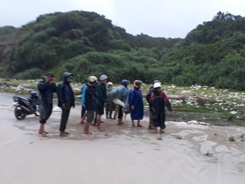 1 xác chết không đầu dạt vào bờ biển Quảng Trị, 48 nhà dân tốc mái
