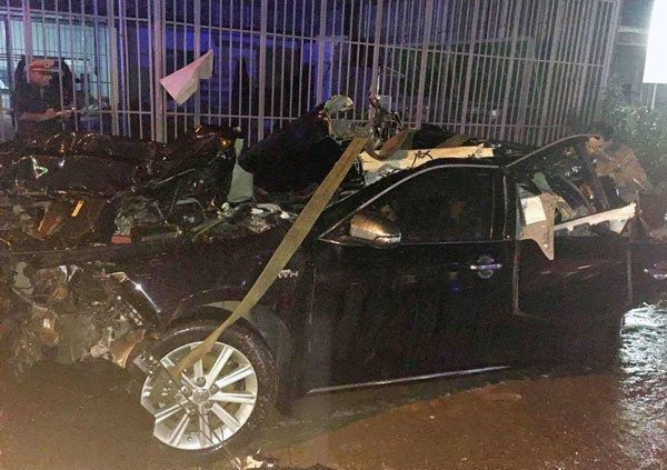 Chiếc xe 4 chỗ bị biến dạng sau vụ tai nạn giao thông nghiêm trọng. Ảnh Vietnamnet