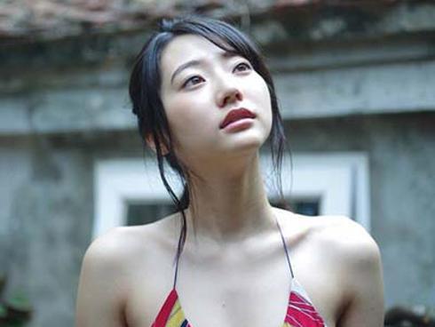 Thiên thần nội y Nhật Bản tung bộ ảnh diện đồ bơi đi khắp phố Hà Nội