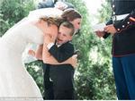 Trong đám cưới của bố, cậu bé khóc nấc ôm chân 'mẹ mới' khiến ai cũng nghẹn ngào xúc động