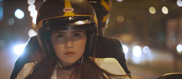 """Ngọc Trinh lái môtô cực """"ngầu"""" trong phim mới"""
