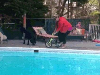 Ảnh động: Nếu chị em coi xe đạp là... đồ chơi